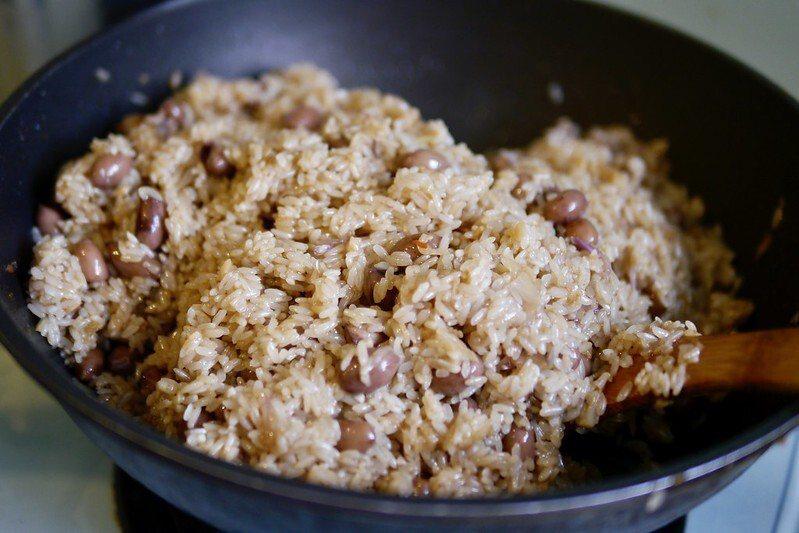 炒糯米,拌入滷好的花生起鍋。