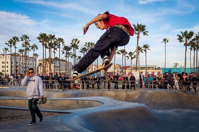 人群聚集在威尼斯海灘滑板公園,一睹圖中尚恩.戴維斯等滑板好手的高超技巧。22歲的戴維斯去年從伊利諾州移居加州,要在這個滑板聖地追尋成為職業滑板手的夢想。 攝影: 迪娜. 利托夫斯基 DINA LITOVSKY