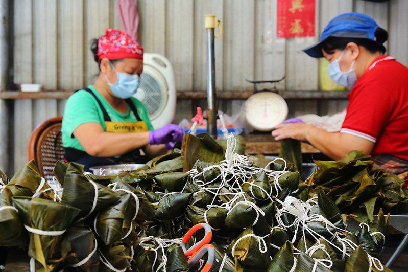 綁粽是費時費力的大工程,幾乎靠純手工完成。(攝影/Carter)
