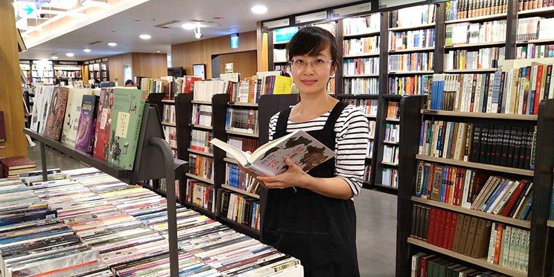 挑書人謝之馨,曾任茉莉二手書店店長、累計近17年挑書資歷。(攝影/Carter)