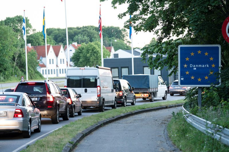 丹麥和德國十五日重新開放國界,丹麥邊境城鎮庫拉薩十五日出現準備開往德國的車陣。(路透)