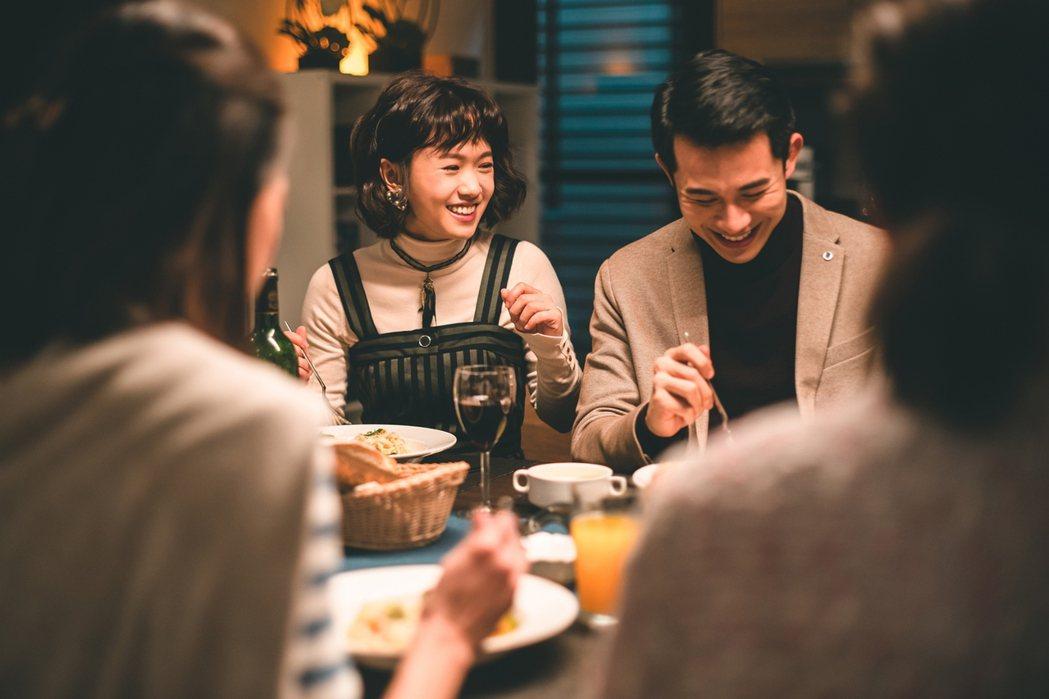 嚴正嵐(左)與曾子益合作「老姑婆的古董老菜單」。圖/華視提供