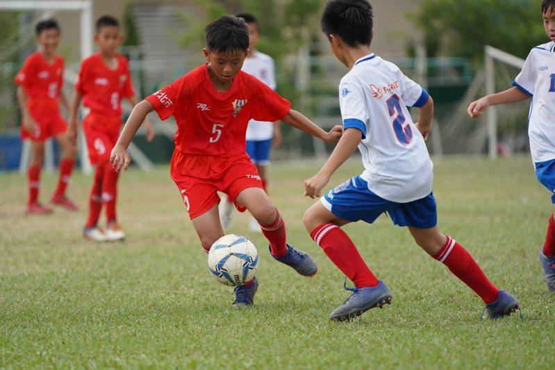 蘆洲足球小將展現高超球技。圖/蘆洲國小提供