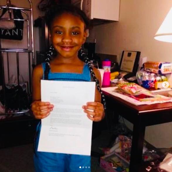 佛洛伊德的6歲女兒吉安娜在IG上秀出天后芭芭拉史翠珊贈送的迪士尼股票。翻攝IG