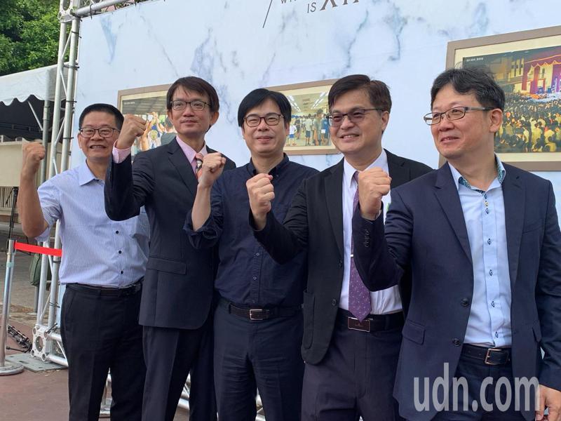 行政院副院長陳其邁(中)參加雄中畢業典禮,表示不會躺著選,會實實在在、腳踏實地做事情,努力到最後一秒鐘。記者徐如宜/攝影