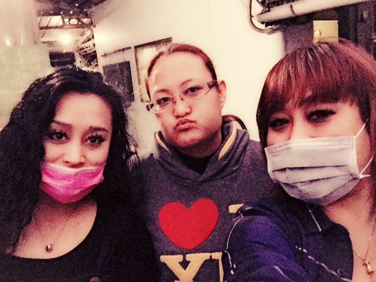 大姊紀莎莎(中)掀家醜控訴紀曉君(左),右為老三家家。圖/摘自臉書