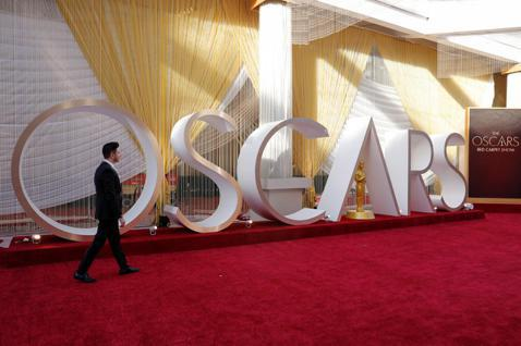 明年奧斯卡頒獎典禮已經宣告延後兩個月、到4月25日才舉行頒獎典禮,雖是史上第4度因故延後,卻是主辦單位—美國影藝學院最不願意碰到的結果,因為今年典禮提前到2月上旬就舉辦、是史上最早的一屆,原本他們想...