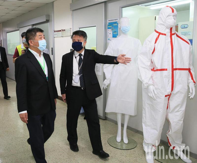 衛福部長陳時中(左)今天參訪紡研所,感謝國家隊在疫情期間從口罩到防護衣給予的幫助,陳時中參觀防護衣的檢測實驗室。記者潘俊宏/攝影