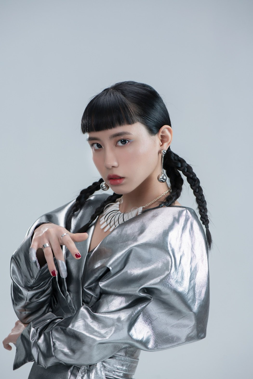 李芷婷推出首張專輯「美麗舊世界」。圖/唯有音樂提供
