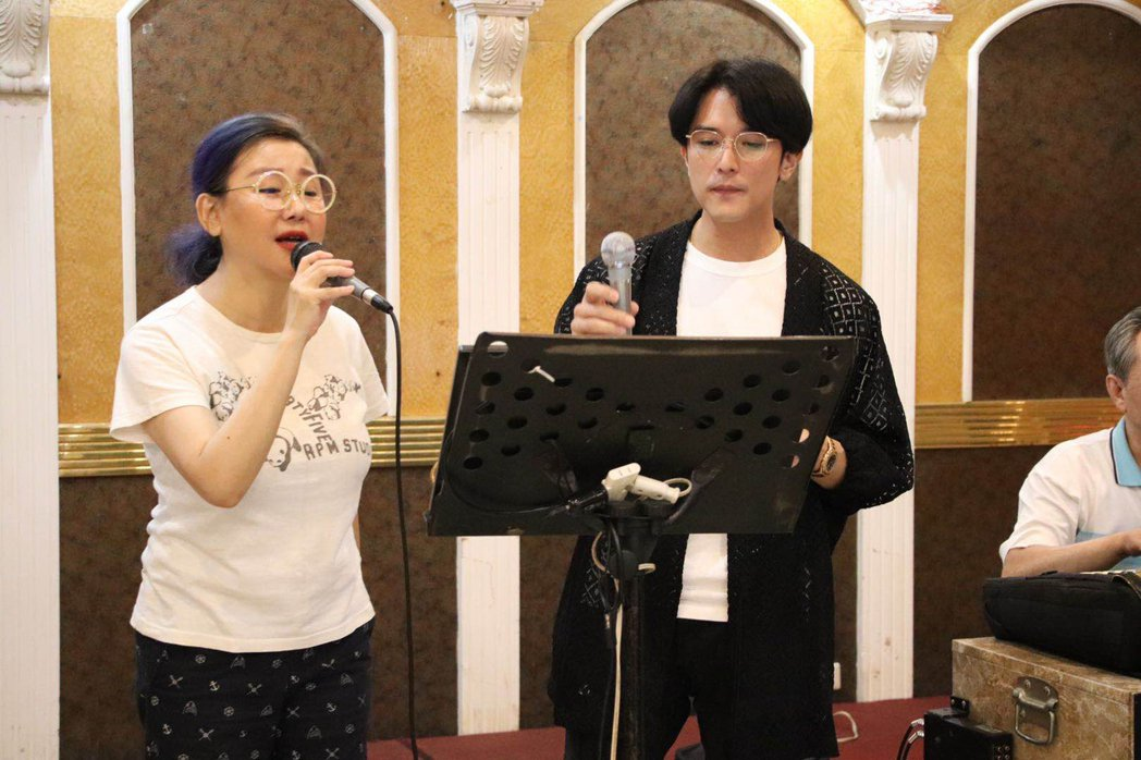 邱澤(右)與藍心湄開心合唱。圖/可米傳媒提供