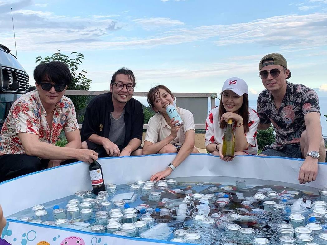 霍建華(右起)、林心如、陳意涵、許富翔、邱澤在「她們創業的那些鳥事」殺青露營活動...
