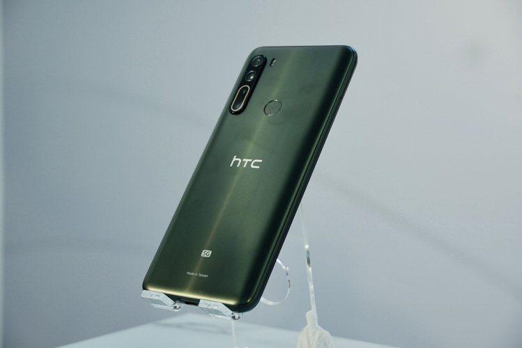 HTC U20 5G提供霧面礦石感的墨晶綠新色,後鏡頭提供4鏡一線洗鍊設計,大光...