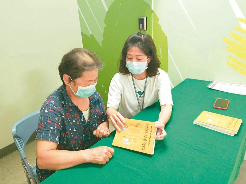 新竹市衛生局發表以QA型式集結而成的《長照防疫最想問》工具書,邀請21名專家為第一線民眾的55個長照防疫疑問提供適切解答,歡迎有興趣者向衛生局索取。 圖/新竹市衛生局提供