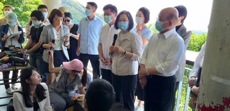 蔡英之總統(前左)和行政院長蘇貞昌(前右)今天下午到九份,在逛老街拚經濟前接受媒體聯訪。記者邱瑞杰/攝影