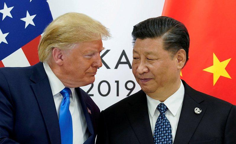 彭博資訊分析,北京樂見美國總統川普當選連任。圖為川普(左)與中國大陸國家主席習近平去年6月在大阪G20峰會上會面。路透