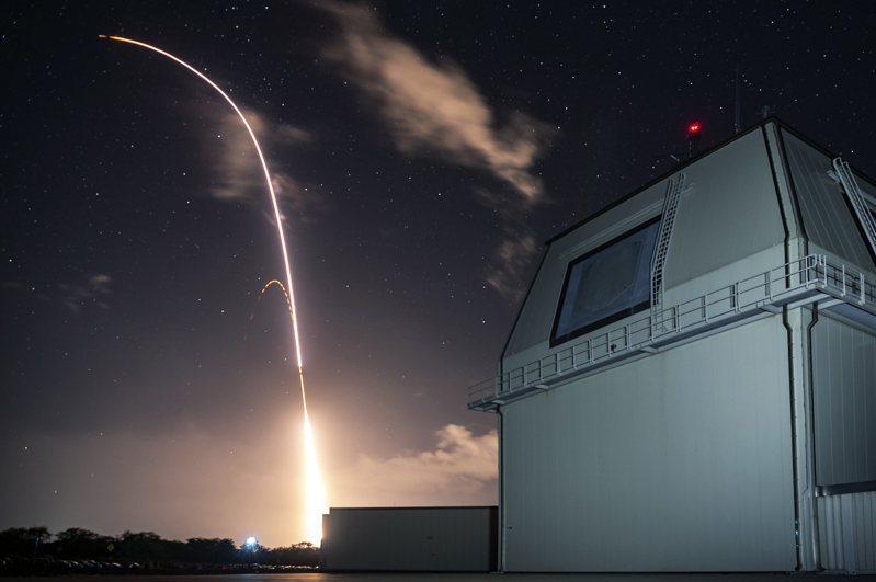 圖為美軍陸基神盾測試系統前年12月10日測試攔截中程飛彈畫面。美聯社