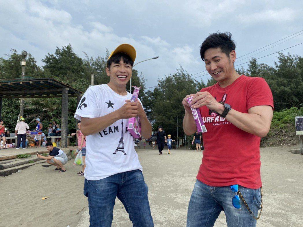 東諺(左)和阿文吃凍痴冰棒。圖/竹北市公所提供