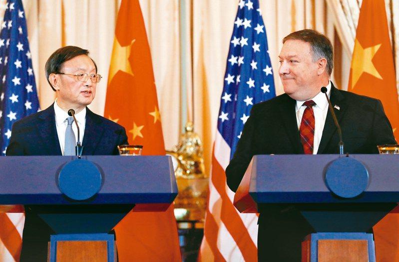 2018年11月,美中外交安全對話在華府舉行,楊潔篪(左)與龐培歐(右)在國務院舉行聯合記者會。 路透