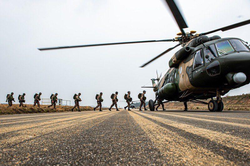 中印邊境再傳對峙升溫,大陸央媒近日發布共軍西藏軍區軍演的訊息,大有秀肌肉警告意味。圖為西藏軍區某特戰旅去年進行低空傘降訓練。 (中新社資料照片)