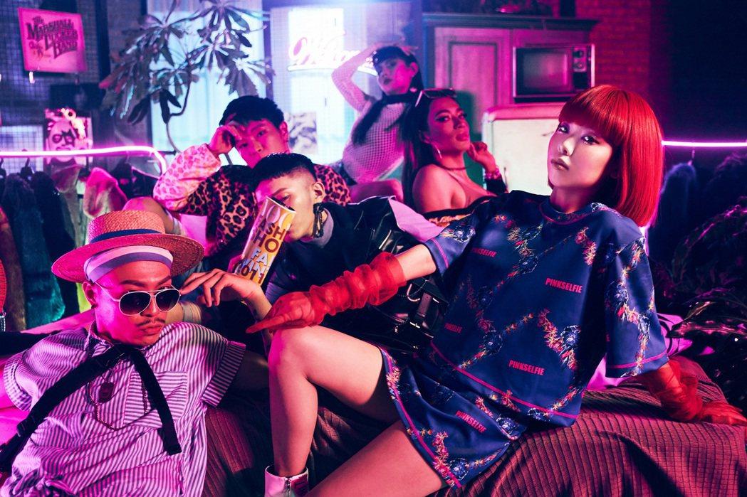 Allyson(右)在新歌MV中與多元性別演員比美比性感。圖/索尼音樂提供