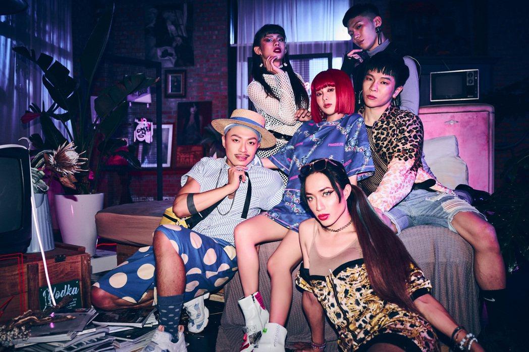 Allyson(中)在新歌MV中與多元性別演員比美比性感。圖/索尼音樂提供