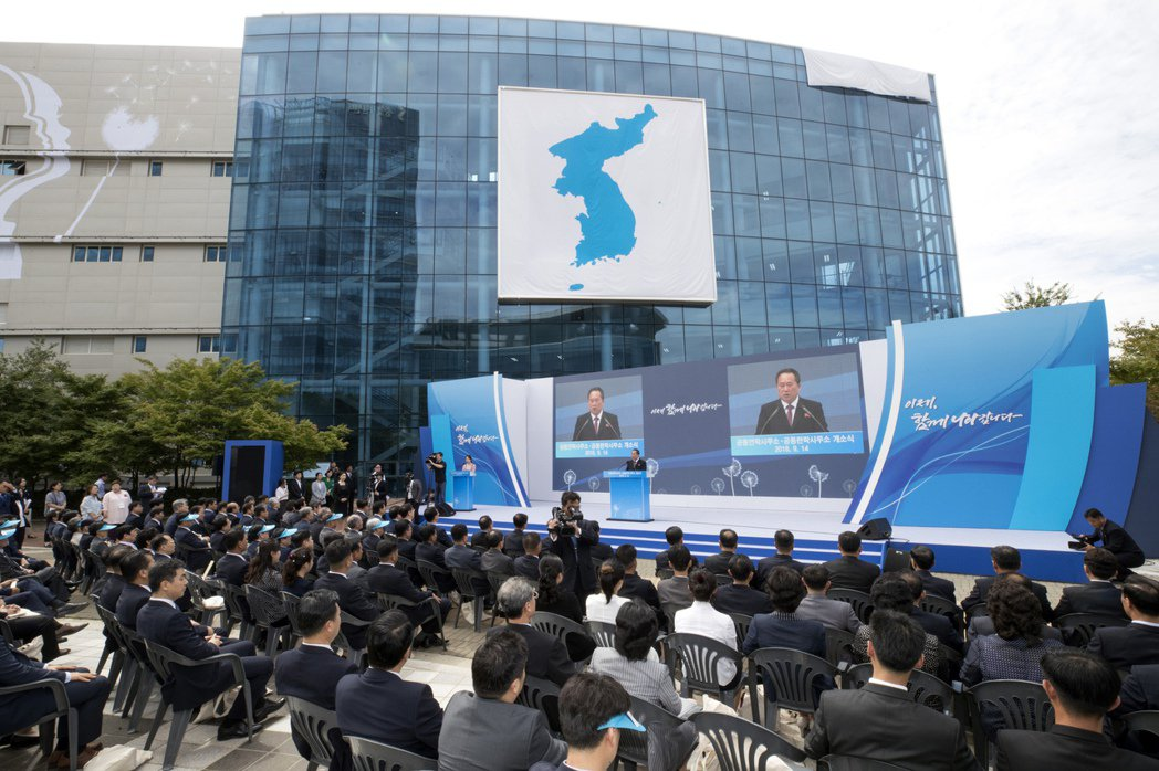 兩韓聯絡辦公室2018年9月啟用,北韓祖國和平統一委員會委員長李善權首先致辭。(...
