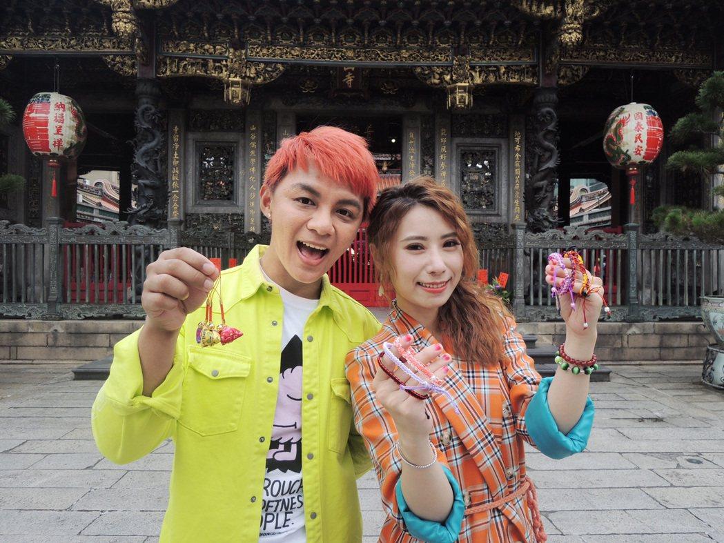 陳怡婷(右)、曾瑋中赴龍山寺拜拜祈福。圖/時代創藝提供