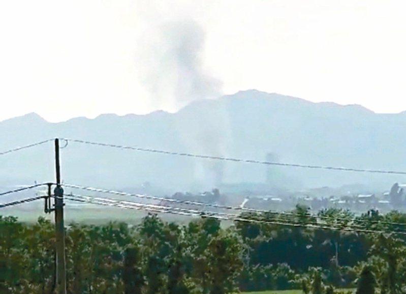 開城工業區方向冒出濃煙,應為兩韓聯絡辦公室爆破所致。(法新社)