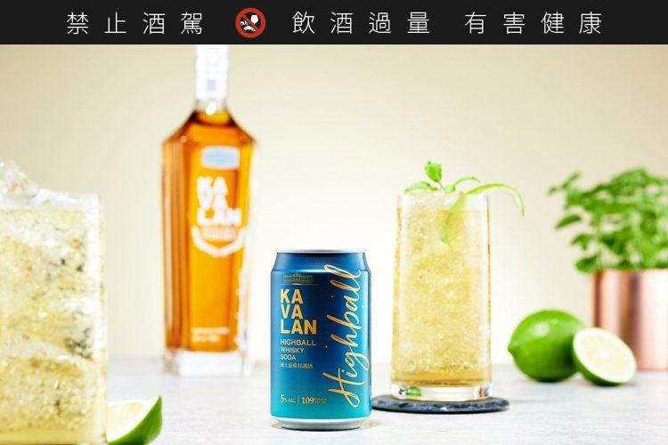 以金車上市的第一支噶瑪蘭經典威士忌為基酒的罐裝調酒。圖/金車提供