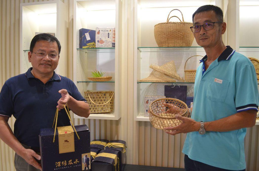林昭圍董事長在深緣及水引進張永旺的竹藝品。  陳慧明 攝影