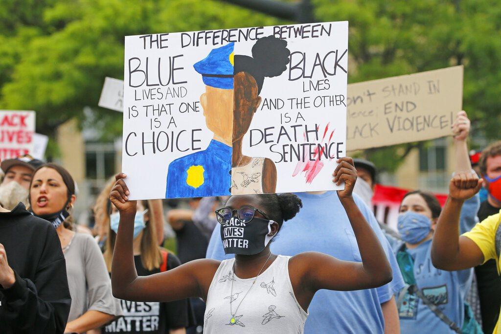 全美各地掀起反種族歧視運動。 美聯社