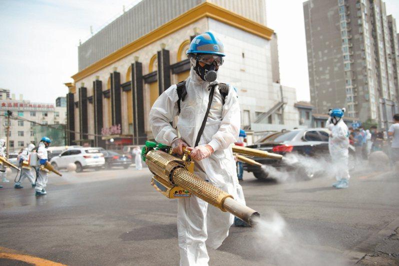 全面消毒 北京疫情突然升溫,防控進入「戰時狀態」。防疫人員連日來在北京豐台區的農貿市場、居民小區等,進行全面消毒。 新華社