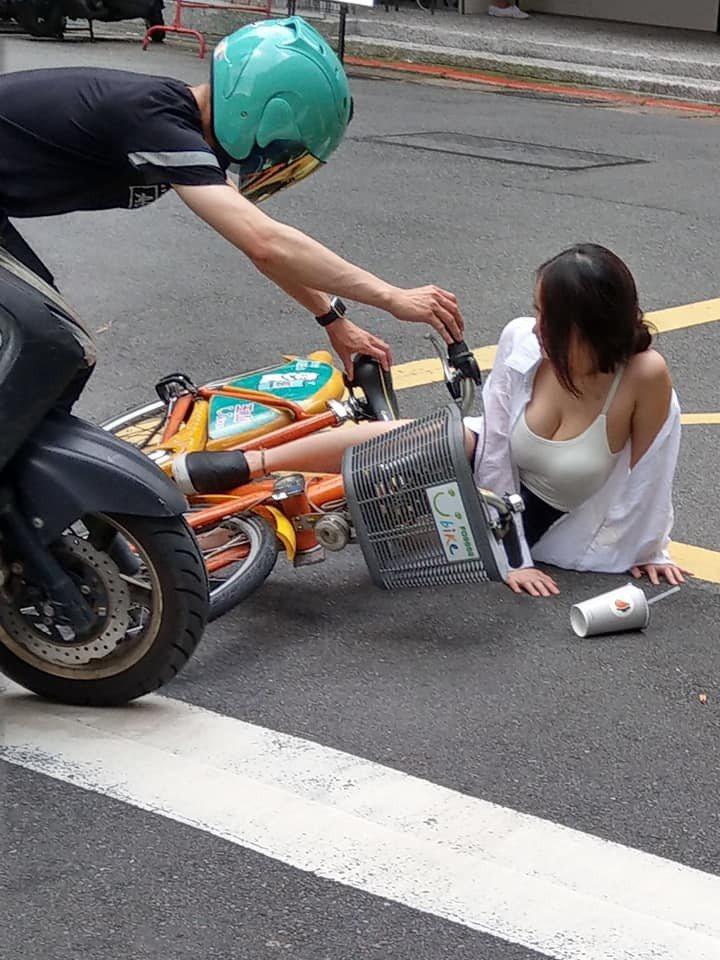 正妹騎單車跌倒露上圍引網友熱議。圖片來源/臉書