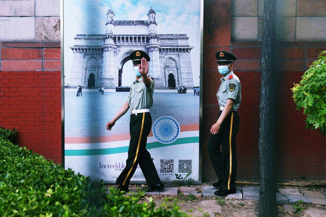 解放軍與印度部隊,究竟在夜間的高原河谷裡發聲了什麼事?直到事發48小時後,兩國政...
