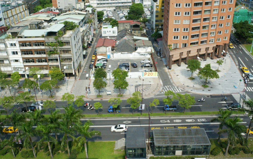 相隔一條中華路,台北市中正區和萬華區的房價卻呈現明顯落差,網友問為了學區願意多花...