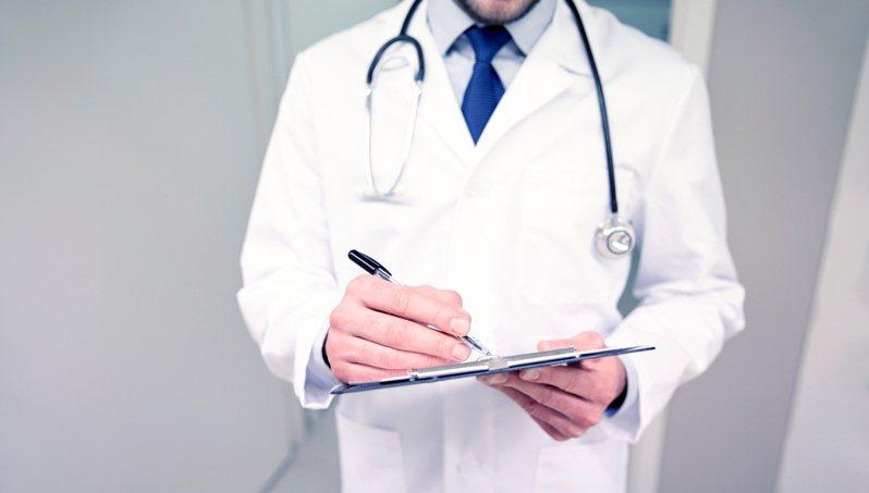 醫生是不少人眼中的夢幻職業,不僅社會地位高,薪水也高。 圖/ingimage