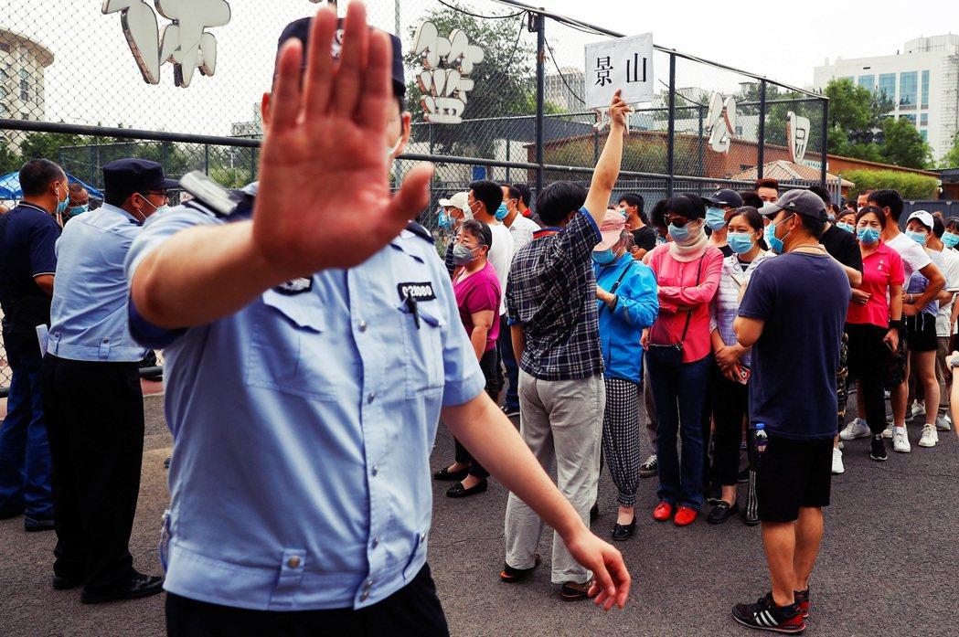 「應查盡查、應檢盡檢、應收盡收」正在接受核酸檢測的北京市民。 圖/路透社