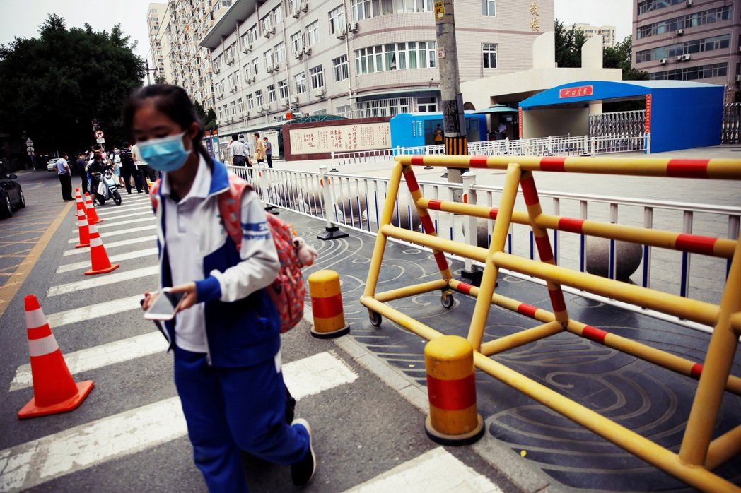 從17日開始北京市內全面恢復社區封閉式管理、中小學和幼兒園全面停課。 圖/路透社