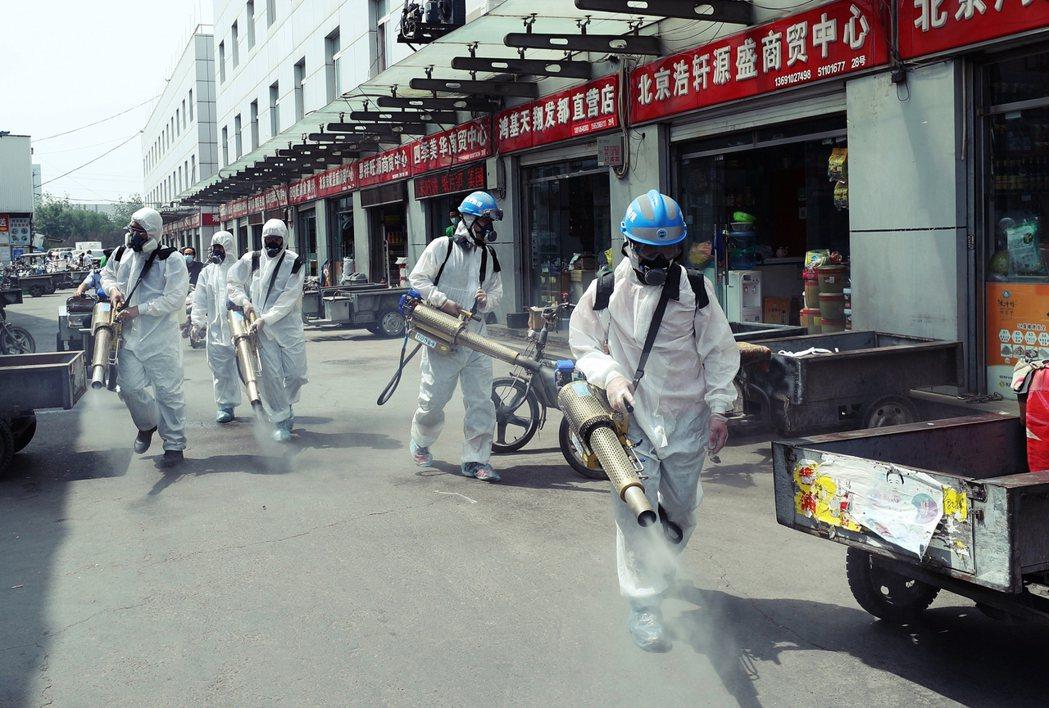 圖為北京豐台區的岳各莊市場,目前也全面封閉消毒中。 圖/歐新社