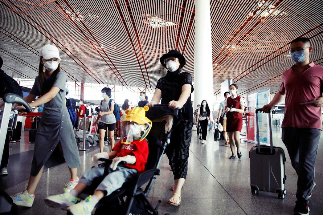目前北京的首都機場、大興機場已有將近7成航班取消,截至17日中午,兩機場合計共有...