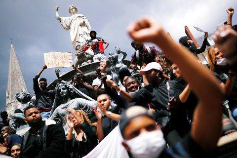 「他們知道當他們說『警察讓黑人與阿拉伯人恐懼』時,他們說的都是真相。」圖為6月8...