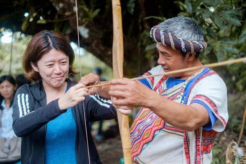 來到鹿野鄉永康部落,遊客可化身一日獵人,跟著布農族人體驗射箭。圖/台東縣政府提供