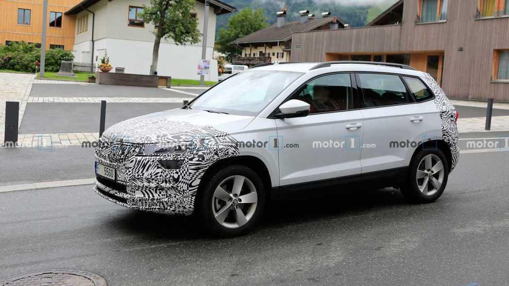 小改款ŠKODA Karoq偽裝測試車首度捕獲。 摘自Motor 1
