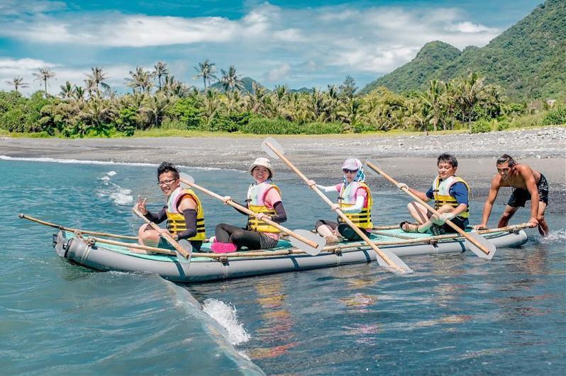 來到東河鄉東河部落可以跟著阿美族人划竹筏、撒網捕魚。圖/台東縣政府提供