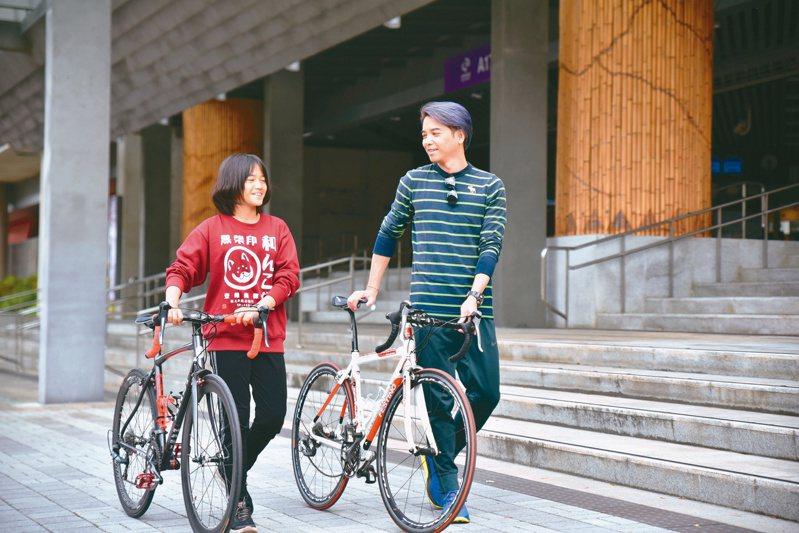 桃園捷運假日全天與平日白天開放民眾攜帶自行車搭乘普通車,歡迎遊客踴躍搭乘。