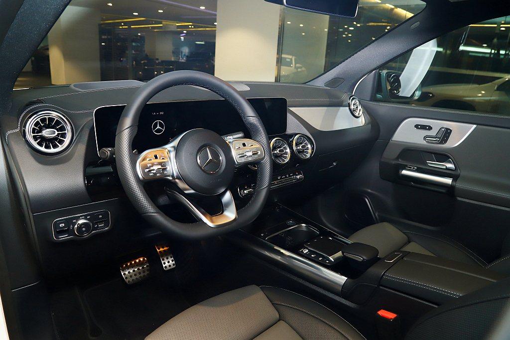 全新第二代賓士GLA座艙標配雙10.25吋數位儀表與中央觸控螢幕,MBUX多媒體...