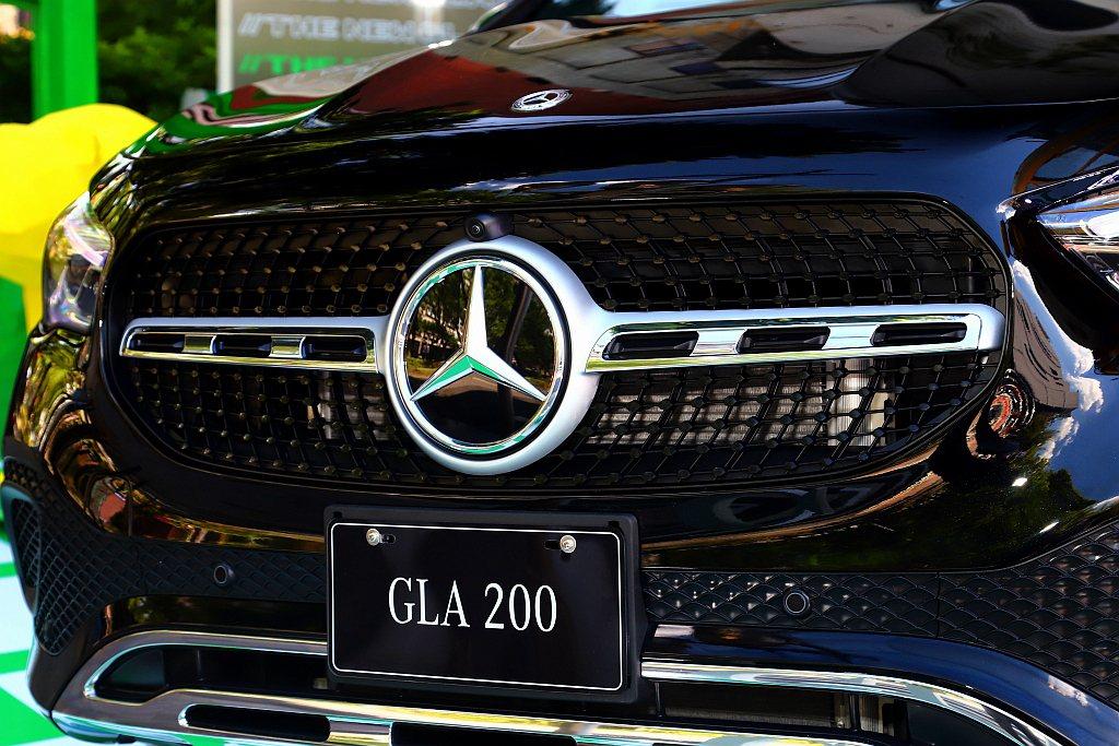 全新第二代賓士GLA搭載Intelligent Drive智慧駕駛輔助科技,並可...