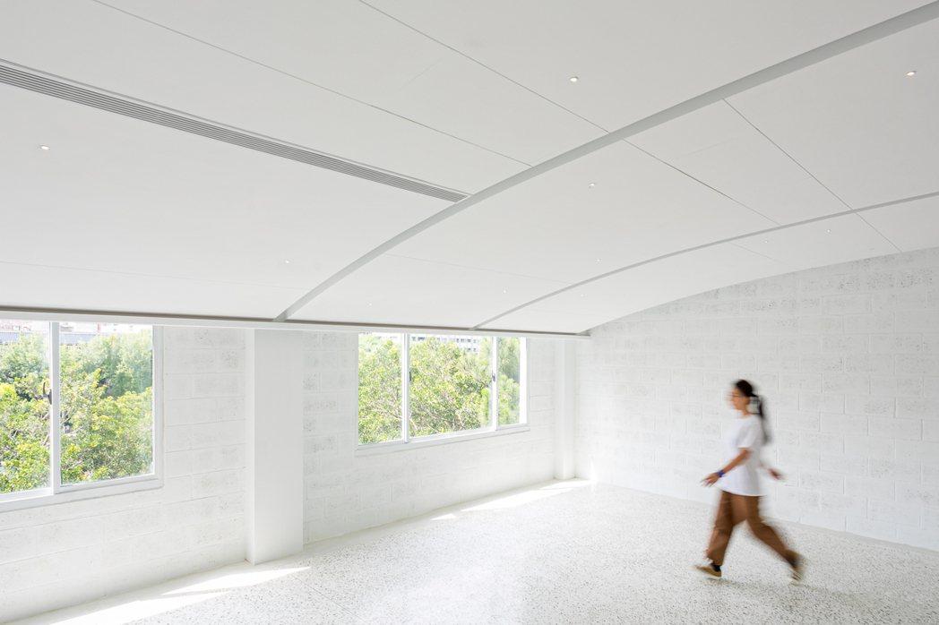由春池玻璃主持號召,結合策展、體驗、選物、餐飲,以容器作為概念、三層樓的複合式空...