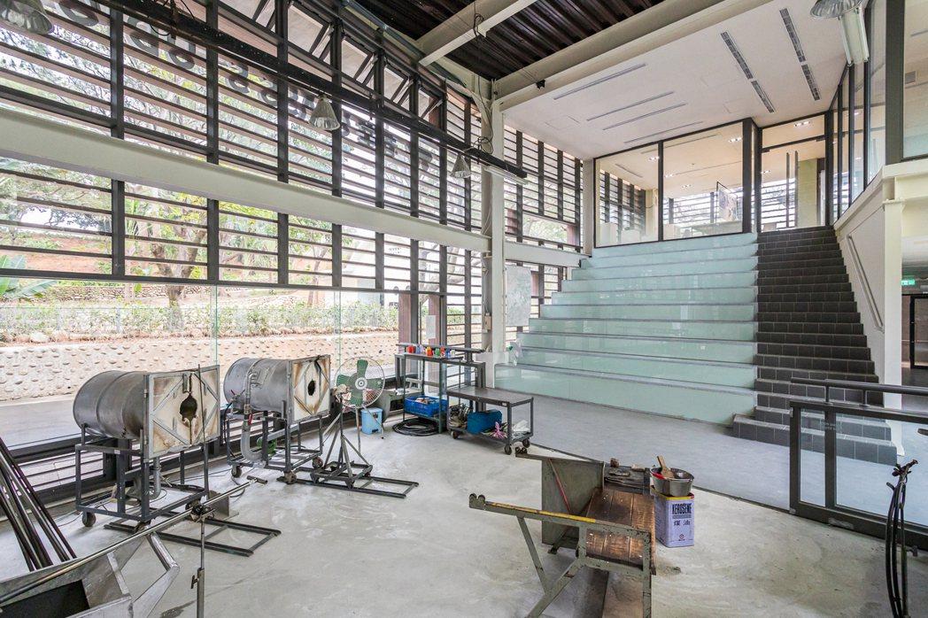 春室一樓挑高兩層的玻璃吹製工作室裡備齊了各式窯爐、工具。 圖/春室提供