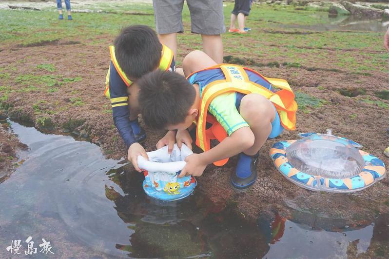 ▲暑假親子旅遊活動推薦-基隆潮間帶探索。(圖/Tripbaa趣吧!達人帶路)